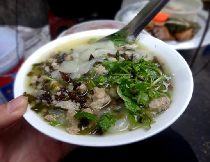 Hot steamed rice cake is complemented by stir-fried ground pork and Jews ear mushroom. Photo by VnExpress/Dan Thao