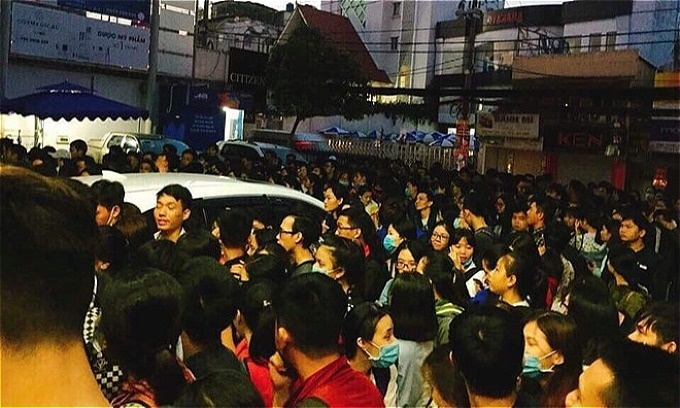 A Facebook photo shows Saigon students queue from 4 a.m. on December 2to register for the TOEIC exam. Photo courtesty of Tran Duy My Linh
