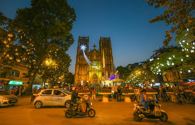 Splendrous Hanoi landmarks get set for Christmas Eve festivities - 1