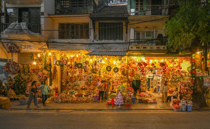 Splendrous Hanoi landmarks get set for Christmas Eve festivities - 4