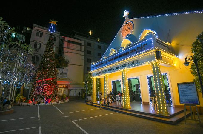 Splendrous Hanoi landmarks get set for Christmas Eve festivities - 8