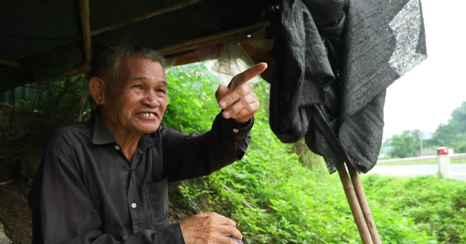 Hoang Van Dang sits in his hut by a national highway that runs near his house in Lang Son Province in northern Vietnam. Photo by VnExpress/Trong Nghia