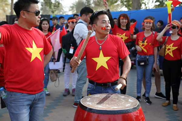 Vietnamese fans cheer outside the stadium. Photo by VnExpress/Xuan Loc