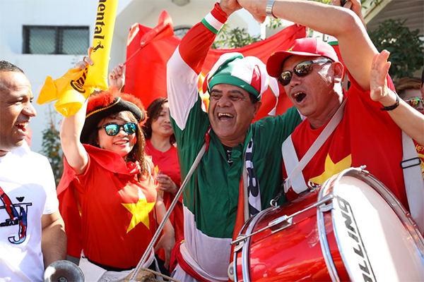 Vietnamese and Iranian fans cheer outside the Al Nahyan Stadium, Abu Dhabi, ahead of the game. Photo by VnExpress/Van Loc