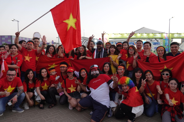 Vietnamese fans gather outside the Hazza bin Zayed stadium several hours before the Vietnam-Yemen match. Photo by VnExpress/Anh Khoa