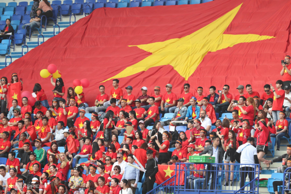 Vietnamese fans display a giant national flag on the stadium. Photo by VnExpress/Duc Dong