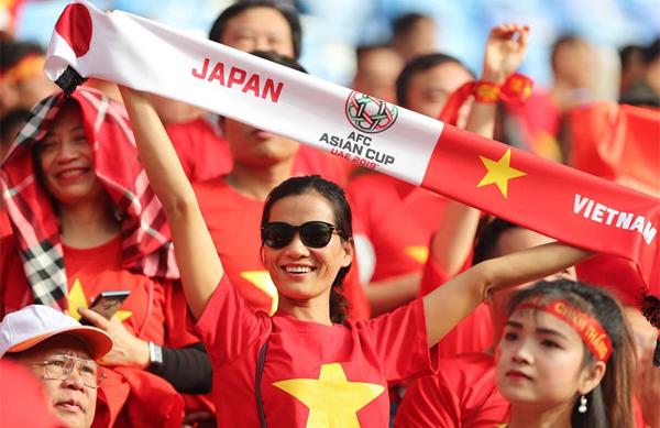 A Vietnamese fan raises the Japan vs. Vietnam banner on the stadium. Photo by VnExpress/Duc Dong