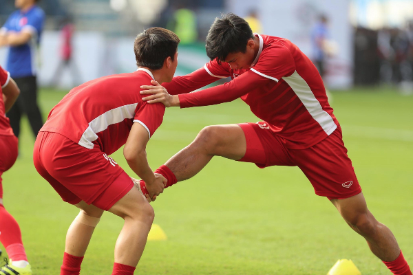 Two Vietnamese players get ready for the game. Photo by VnExpress/Duc Dong