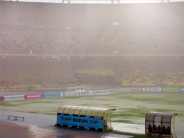 Heavy rain pours down the stadium at 4:40 p.m. local time (3:40 p.m. in Hanoi).