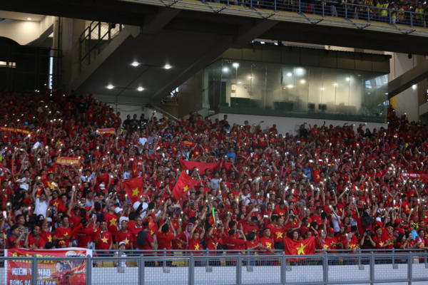 Vietnamese fans turn their mobile phone flashlights in the stadium. Photo by VnExpress/Duc Dong