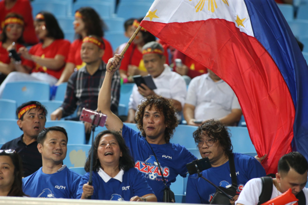Fans fly the Philippines flag at the stadium. Photo by VnExpress/Lam Thoa