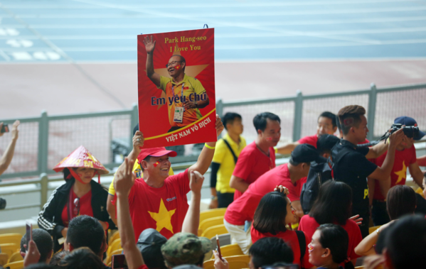 A Vietnamese fan raise a banner that says I love you to the national teams coach Park Hang-seo. Photo by VnExpress/Duc Dong