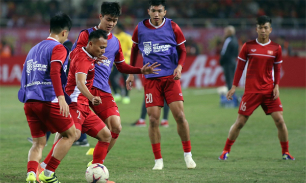 Vietnamese players warm up before the game. Photo by VnExpress/Lam Thoa