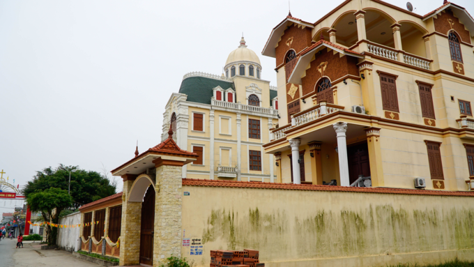 Mansions worth millions of dollarsare a commonsight in Phu An Village. Photo by VnExpress/Trong Nghia.