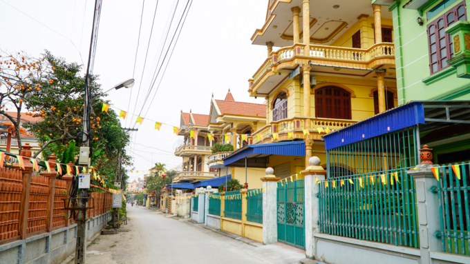 While Phu An Village road is lined with mansions, it wears a deserted look because people rarely stay at home. Photo by VnExpress/Trong Nghia.