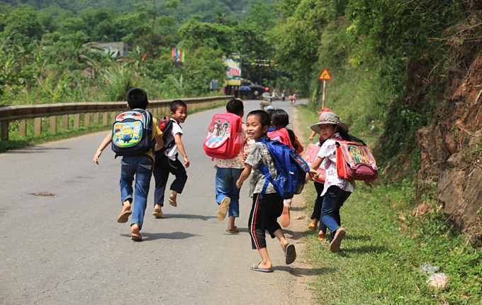 [Caption] Young Vietnamese pupils walking home after school on a country road of Luong Son District, Hoa Binh, Vietnam May 6, 2015. Photo by Shutterstock/Asia Images