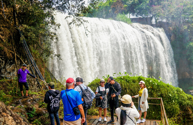A cave hidden under a waterfall near Da Lat you probably haven't seen - 7