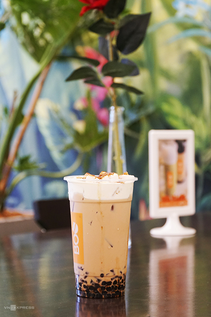 Creme brulee bubble tea is available in two sizes costing VND49,000 ($2.1) and VND59,000 ($2.5). Photo by VnExpress/Di Vy
