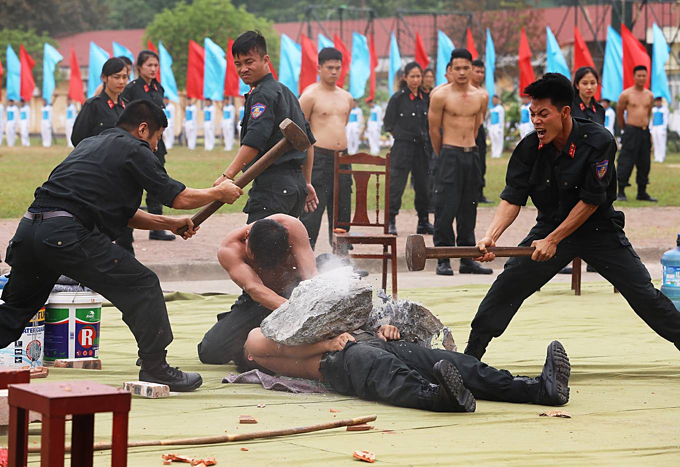 Vietnam mobile police officers put on astounding show of strength