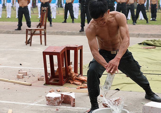 Vietnam mobile police officers put on astounding show of strength - 9