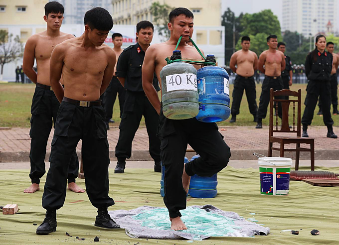 Vietnam mobile police officers put on astounding show of strength - 10