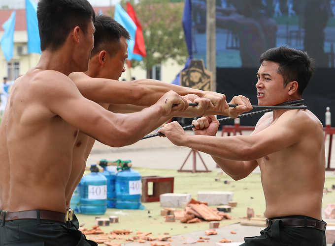 Vietnam mobile police officers put on astounding show of strength - 3