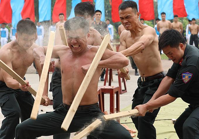 Vietnam mobile police officers put on astounding show of strength - 4