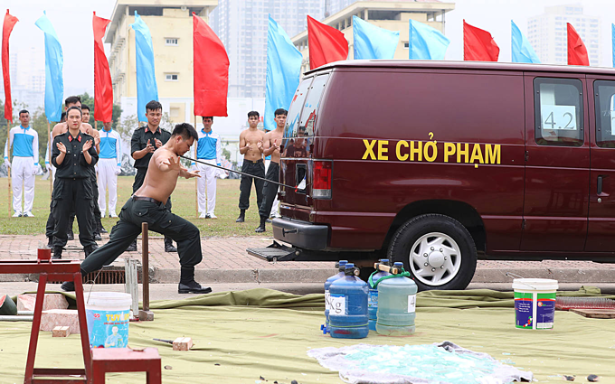 Vietnam mobile police officers put on astounding show of strength - 6