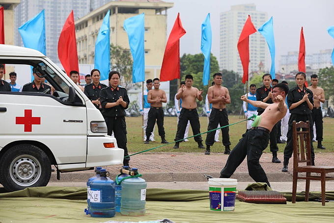 Vietnam mobile police officers put on astounding show of strength - 7