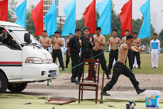 Vietnam mobile police officers put on astounding show of strength - 8