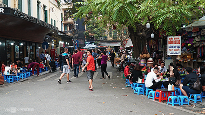 Ho Hoan Kiem Street is one of the culinary addresses you should visit in Hanoi. Photo by VnExpress/Di Vy