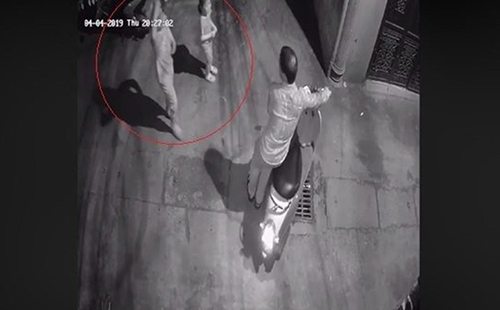 Man caught on film trying to molest young girl in Hanoi alley