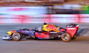 F1 legend David Coulthard burns the tires in Hanoi