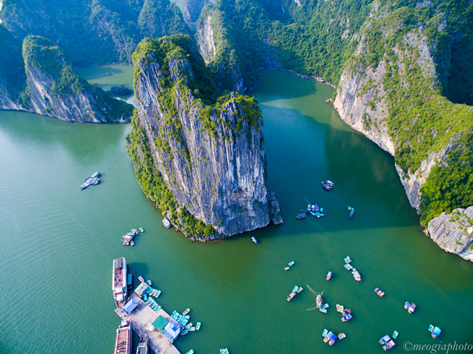 Ha Long Bay boasts limestone karst mountains rising spectacularly from turquoise waters. Photo by VnExpress/Meo Gia