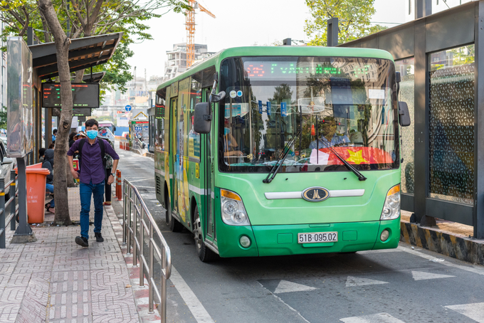 HCMC buses losing passengers to ride-hailing services