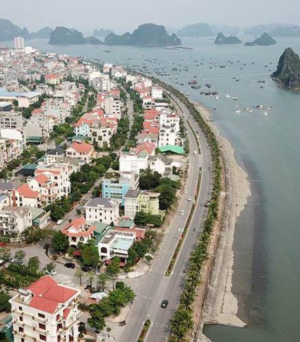 The Tran Quoc Nghien coastal road in Ha Long, Quang Ninh Province. Photo by P.C.