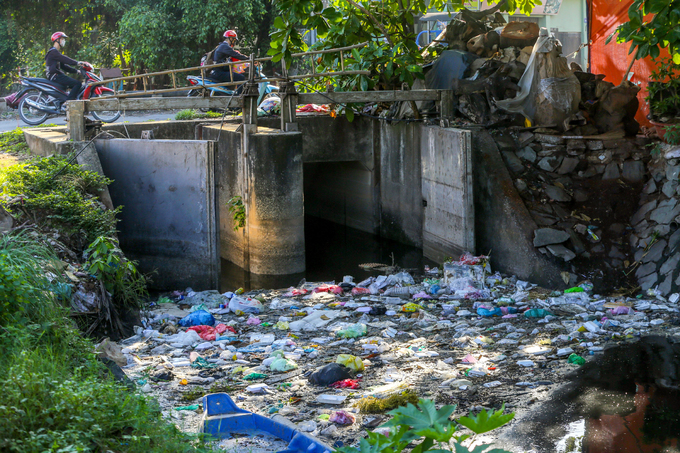 Saigon canal overflows with garbage, awaits cleanup - 5