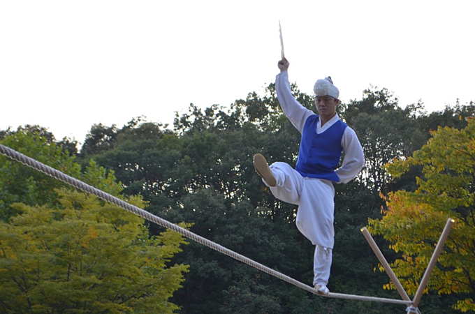 A performance of Jultagi, traditional Korean tightrope walking. Photo courtesy of Vietnam Museum of Ethnology Facebook