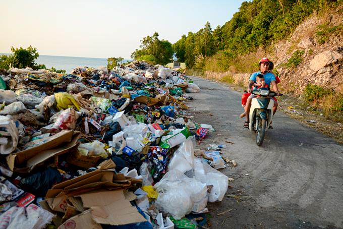 Trash filled the roadside on Nam Du Island, Kien Giang Province. Photo by Nguyen Viet Hung