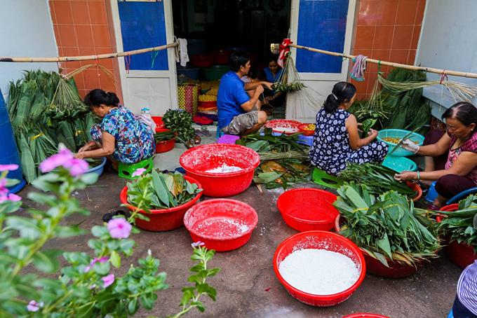 Saigon hamlet makes rice cakes for cleansing body and spirit
