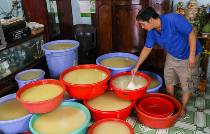 Saigon hamlet makes rice cakes for cleansing body and spirit - 1