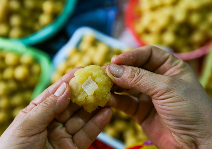 Saigon hamlet makes rice cakes for cleansing body and spirit - 3