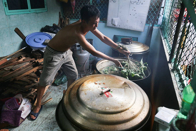 Saigon hamlet makes rice cakes for cleansing body and spirit - 7