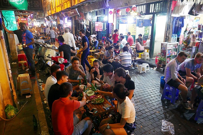 Tourists eat out late at night in Hanoi. Photo by VnExpress/Giang Huy