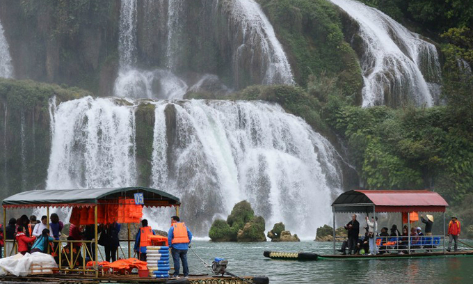 Chinese tourists on the waters in front of Ban Gioc waterfalls on the Vietnam-China land border. Photo by AFP/Hoang Dinh Nam