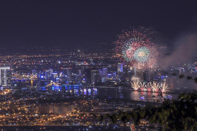 Finland lights up Da Nang skies, wins fireworks festival