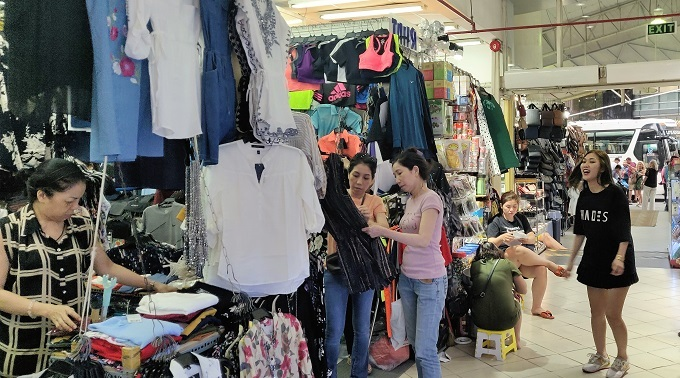 Vendors and customers at Saigon Square, District 1, HCMC. Photo by Nafi Wernsing.