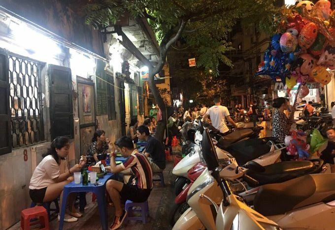 Customers at a pho cuon eatery in Ngu Xa Street, Hanoi. Photo by VnExpress/Minh Huong.
