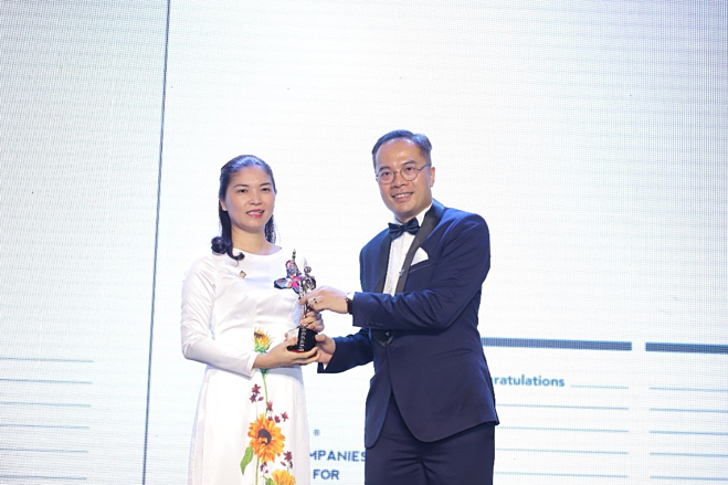 Deputy general director of Sun Group, Tran Thi My Hanh receives the award from William Ng, editor-in-chief of HR Asia Magazine.