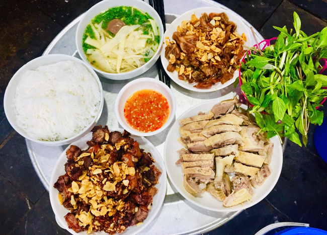 All foods are put put inside a platter and put right in front of the customers. Photo by VnExpress/Lam Linh.